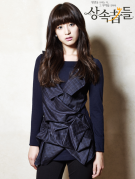 Kim Ji Won como Rachel Yoo (Heredera del RS International/, Hermanastra de Young Do)